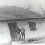 047  Marija i Misa ispred Misine rodne kuce u Srednjoj Dobrinji