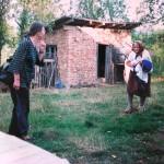077 Mira Miocinovic u poseti Misinoj majci Kosari u Srednjoj Dobrini, 1995.